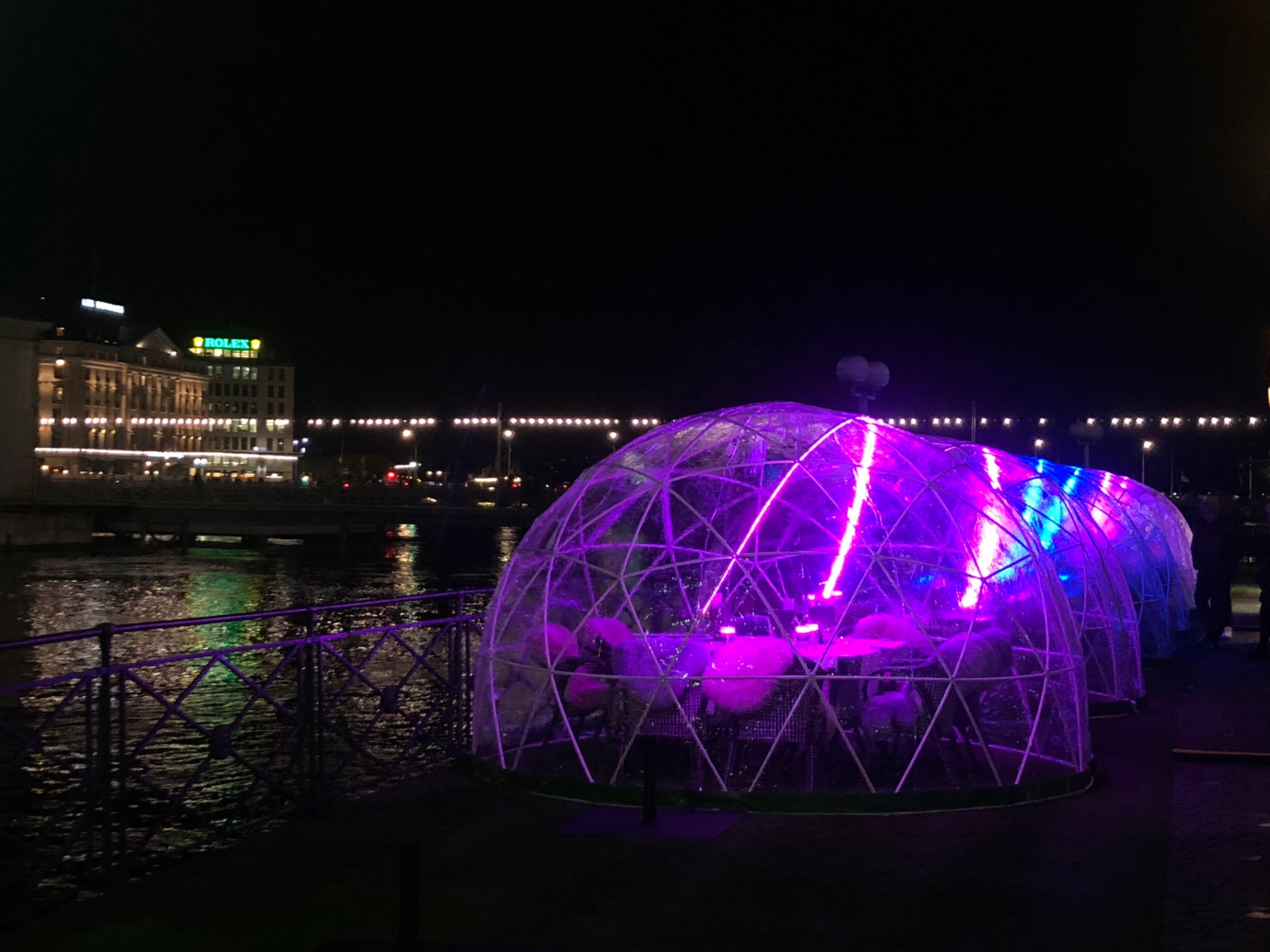 Sphère transparente et lumineuse installée à Genève